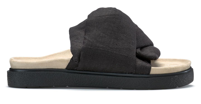 """... so fühlt es sich jedenfalls an, wenn man dieseSandalen trägt. Kein Zwicken, keine Blasen. Das ergonomisch geformte Fußbett und das natürliche Leinenmaterial machen dasSchuhwerk zu einem bequemen und stylischen Begleiter. """"Slipper Knot Lino"""", von Inuikii, kosten ca. 140 Euro."""