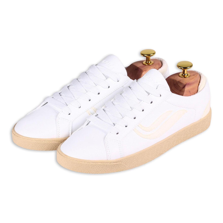 """Was wäre ein Frühling ohne weiße Sneaker? Genau, nur halb so schön. Bei mir ziehen diesen Monat ein Paar ein, die nicht nur äußerlich viel hermachen, sondern auch mit ihren inneren Werten überzeugen. """"G-HELÁ"""" besteht aus Kaktusleder und aus recyceltemTextil. Von Genesis, kostet ca. 90 Euro."""