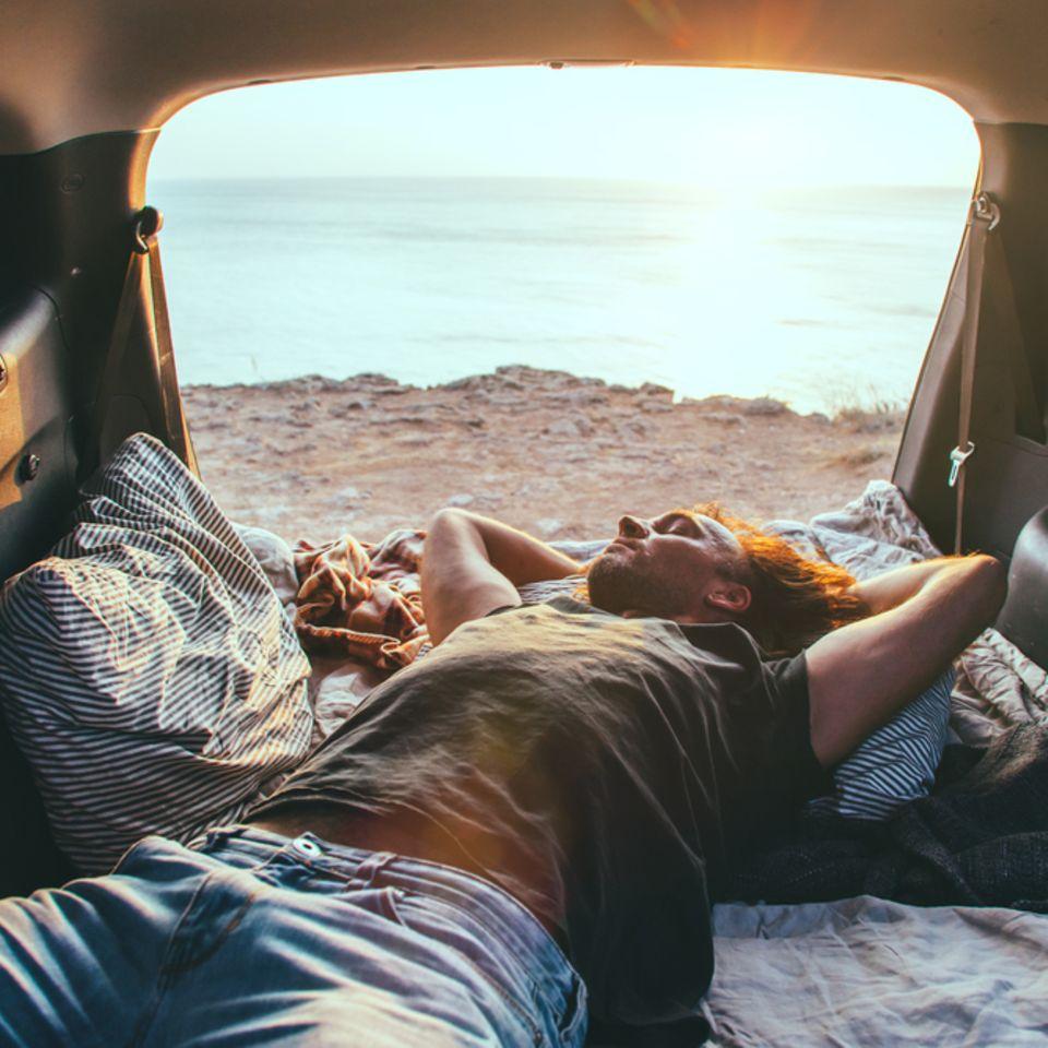 Abschalten: Mann entspannt im Auto