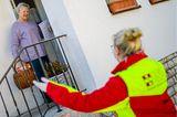 Telekom-Aktion: Helferin unterstützt Seniorin