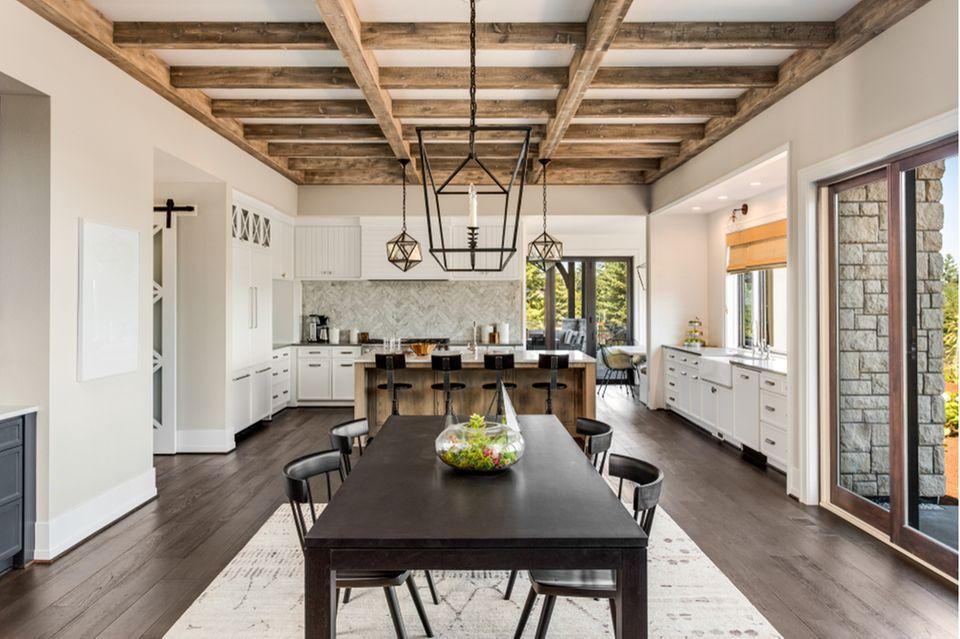 Deckengestaltung: Küche und Esszimmer mit Deckenbalken