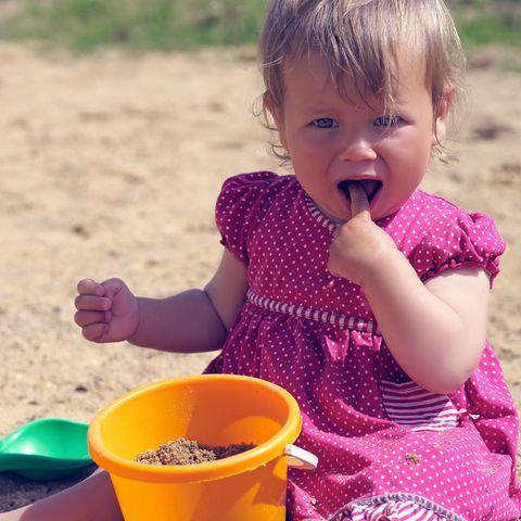 Babys und Sand: Wie gefährlich ist es wirklich, eine handvoll in den Mund zu nehmen?
