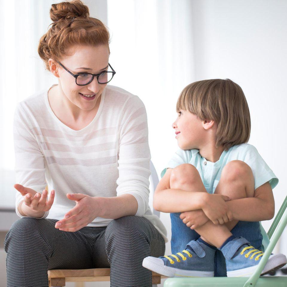 Erziehung: Eine Mutter redet mit ihrem Sohn