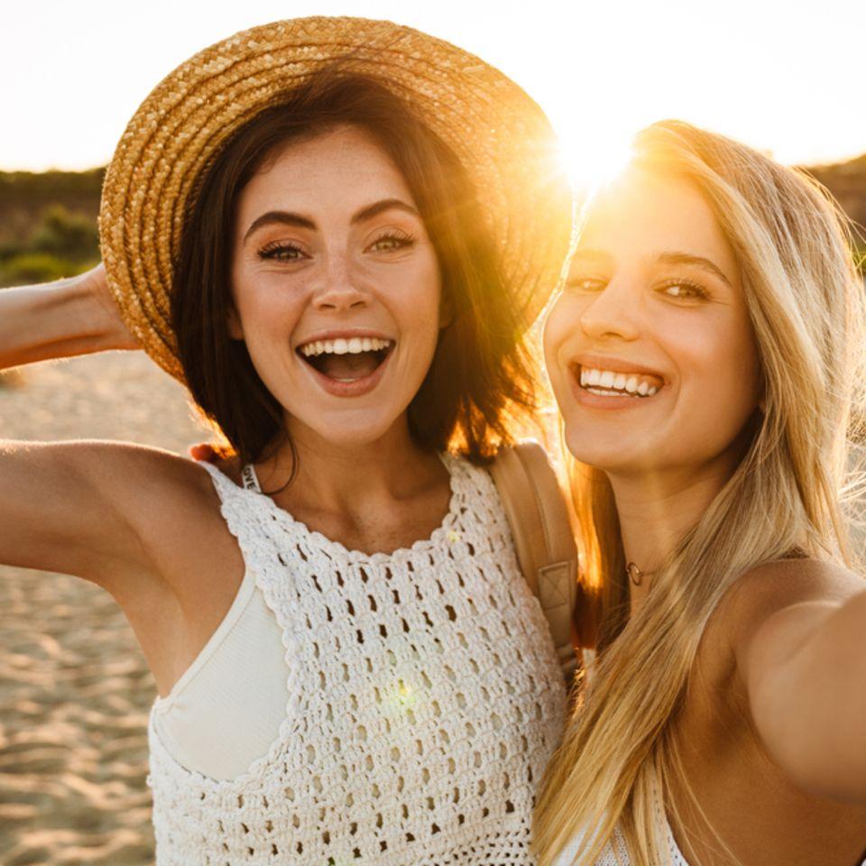 Optimismus: Zwei Frauen lachen in die Kamera.