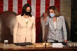 Erstmal nehmen im Kongress mit Vizepräsidentin Harris und der Sprecherin des Repräsentantenhauses Nancy Pelosi zwei Frauen hinter dem US-Präsidenten, seit Januar Joe Biden, Platz.Und in so einem Moment darf nach Anerkennung der historischen Bedeutsamkeit dann auch ruhig ein kleiner Blick auf den Look der beiden Spitzenpolitikerinnen geworfen werden. Es ist unwahrscheinlich, dass Kamala Harris und Nancy Pelosi sich abgesprochen haben, aber dass beide einen pastellfarbenen Business-Look für die Kongresssitzung wählten, ist ein schöner Zufall.