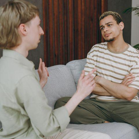 Was ist ein Narzisst: Frau unterhält sich mit einem Mann.