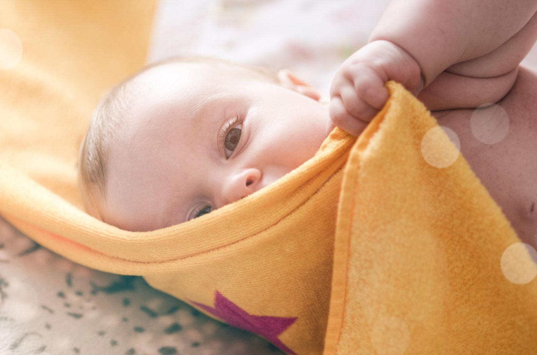 Life-Hacks für Eltern: Baby spielt mit Decke