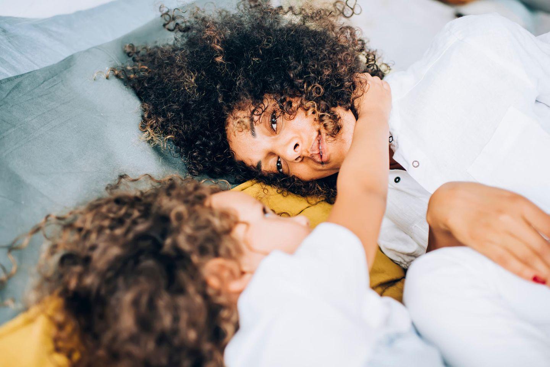 Corona-Tagebuch einer Mutter: Mutter kuschelt mit ihrem Kind