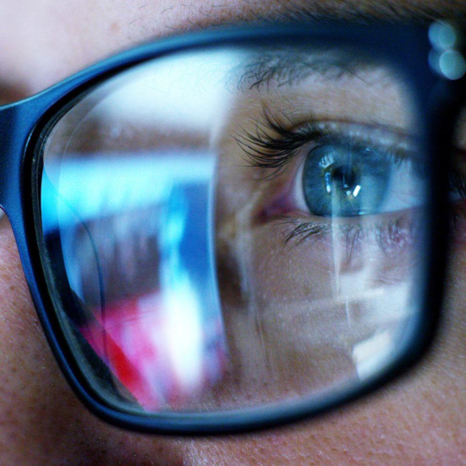 Augentraining:  Mann mit Brille