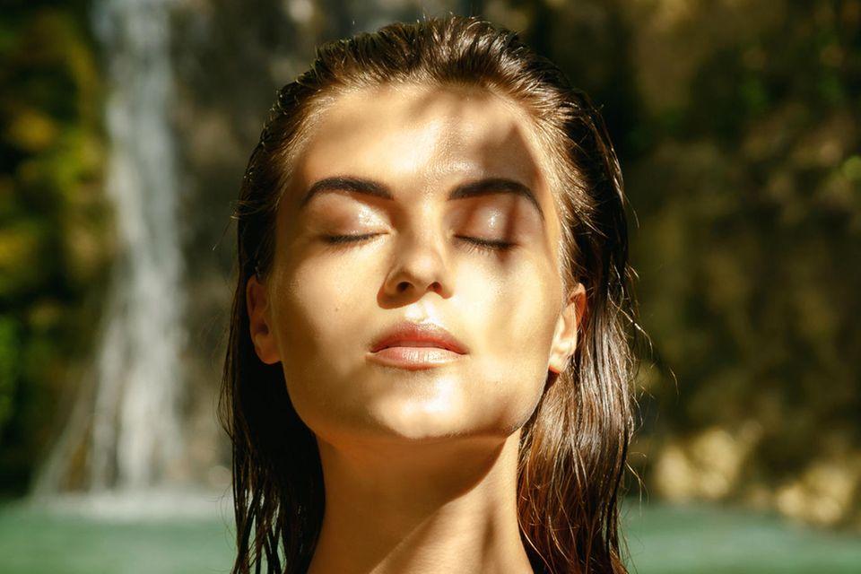 Sonnenschutz im Check: Frau im Badeanzug