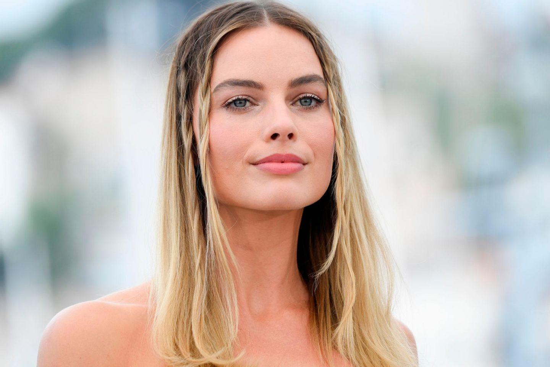 Margot Robbie trägt Face Framing Braids bei den Filmfestspielen in Cannes.