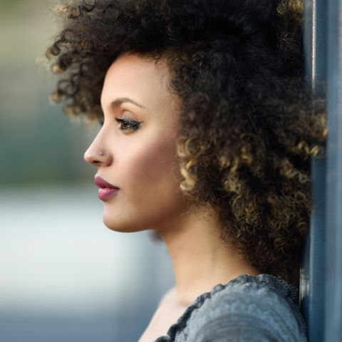 5 frühe Warnzeichen: Traurige Frau