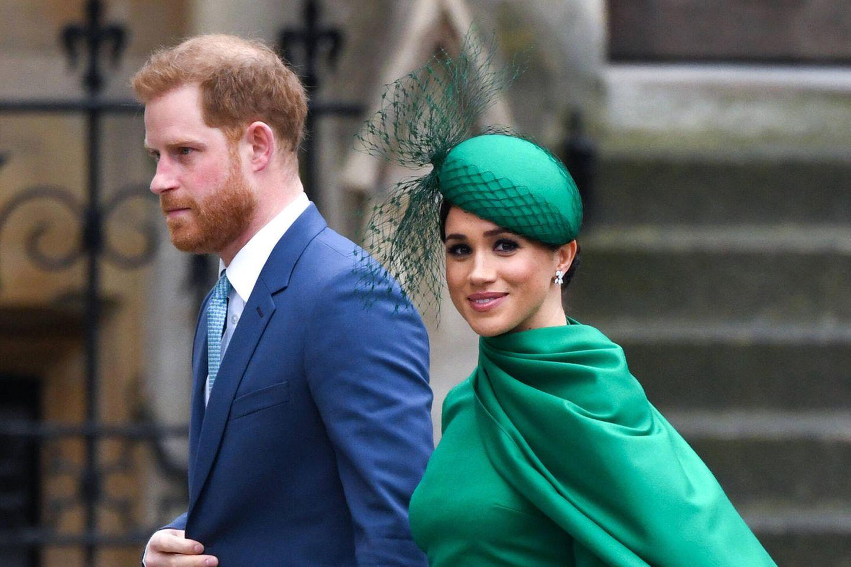 Herzogin Meghan: Von wem sie während des Oprah-Interviews WhatsApps bekam: Prinz Harry und Herzogin Meghan gehen nebeneinander