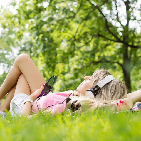 Säbelzahntiger: Frau entspannt mit Musik
