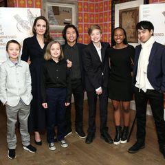 Familienglück international: Angelina Jolie und ihre sechs Kinder sind eine eingeschworene Truppe. Neben den drei leiblichen Kindern mit Exmann Brad Pitt ist die Schauspielerin und Regisseurin auch stolze Adoptivmutter von Maddox aus Kambodscha, Pax Thien aus Vietnam und Zahara aus Äthiopien.