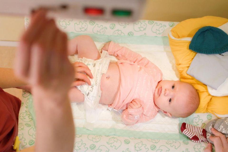 Abgenabelt: Baby auf Wickeltisch