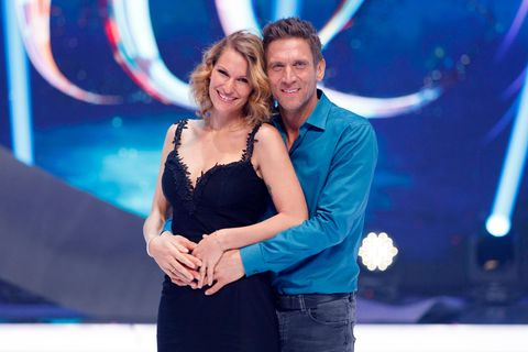 Janni Hönscheid: Sie verrät ein süßes Schwangerschaftsgeheimnis: Ehemann Kusmagk hält seine Frau Hönscheid im Arm