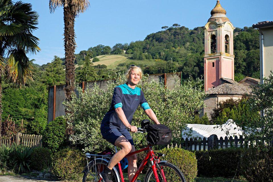 Von Venedig bis Florenz: Frau auf Fahrrad Urlaub