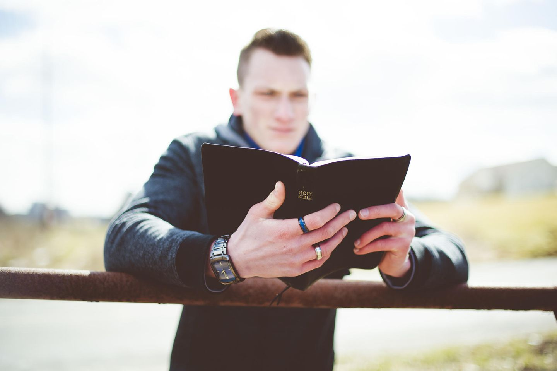 """""""Kirche, die wir kennen, muss sterben"""": Junger Mann der in der Bibel liest"""