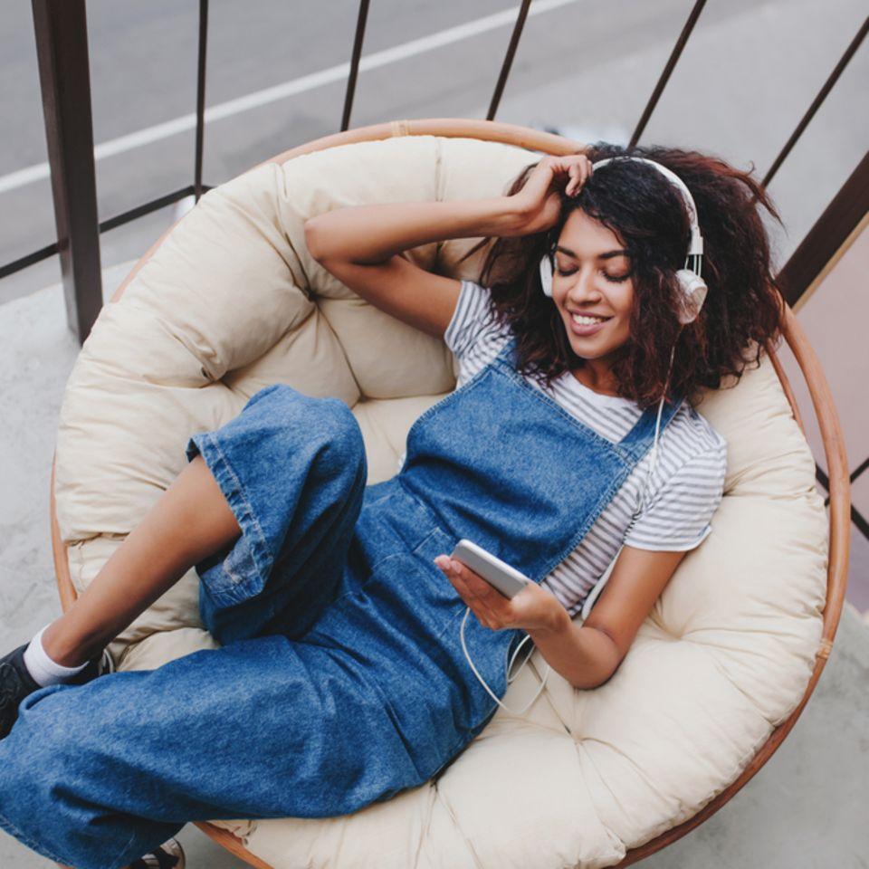 Gut erholt: Frau entspannt mit Musik