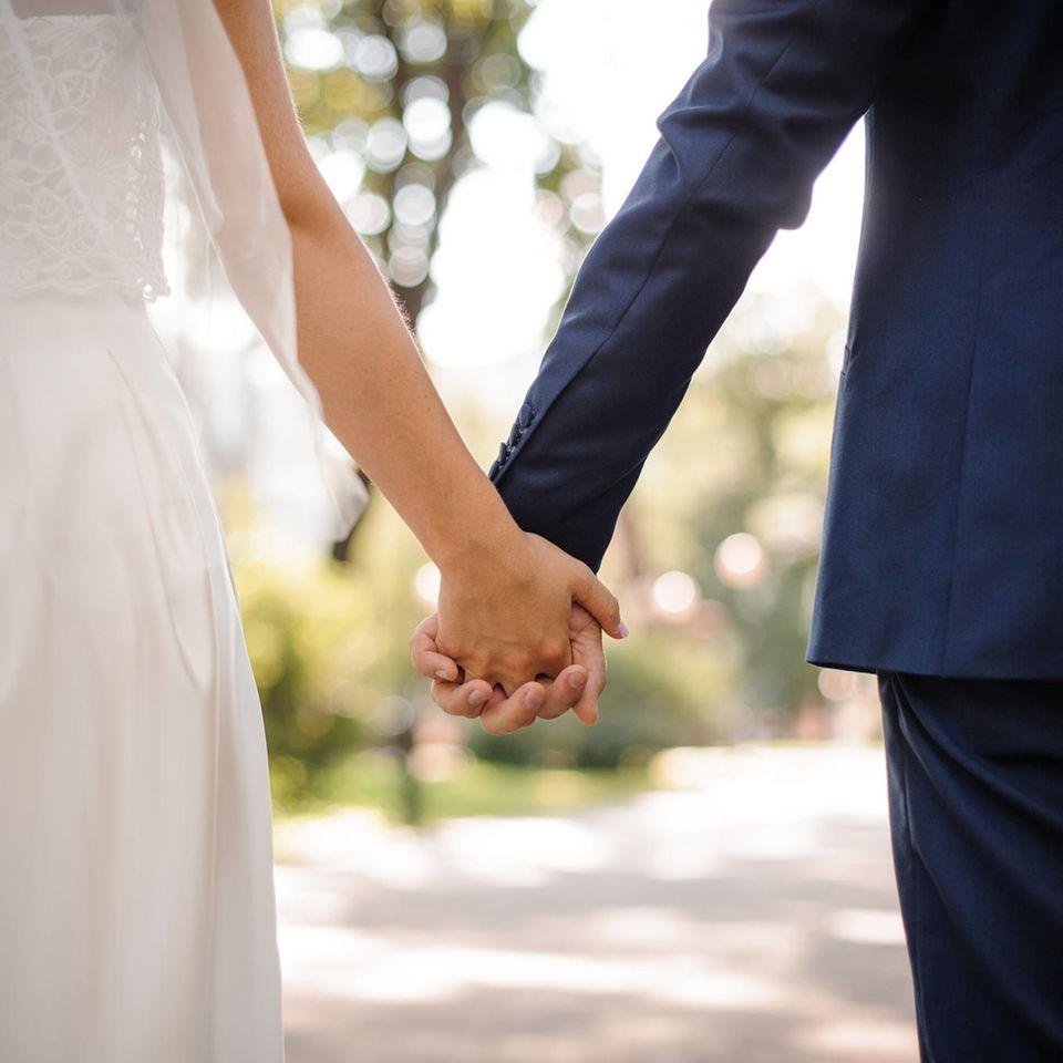 Josephin und Klaus Thimm: Verheiratetes Paar hält Händchen