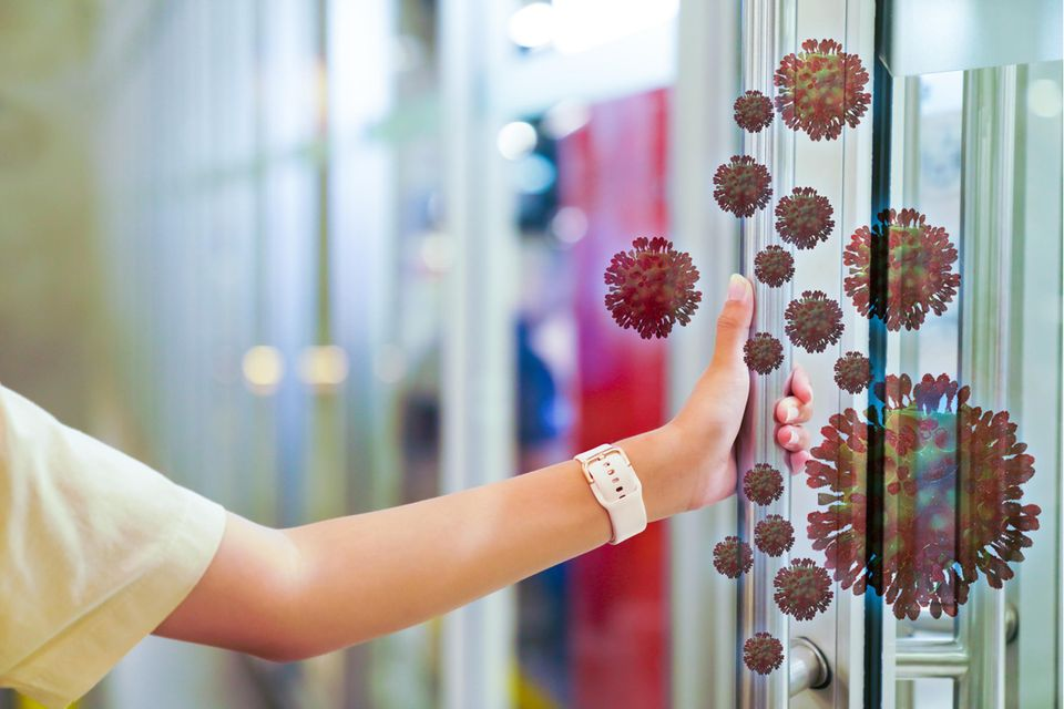 Corona aktuell: Frau fasst Griff mit Coronavirus an