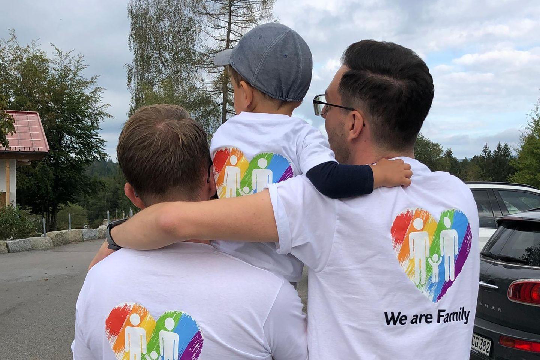 Bjoern, Lukas und Christian sind eine stolze Regenbogenfamilie.