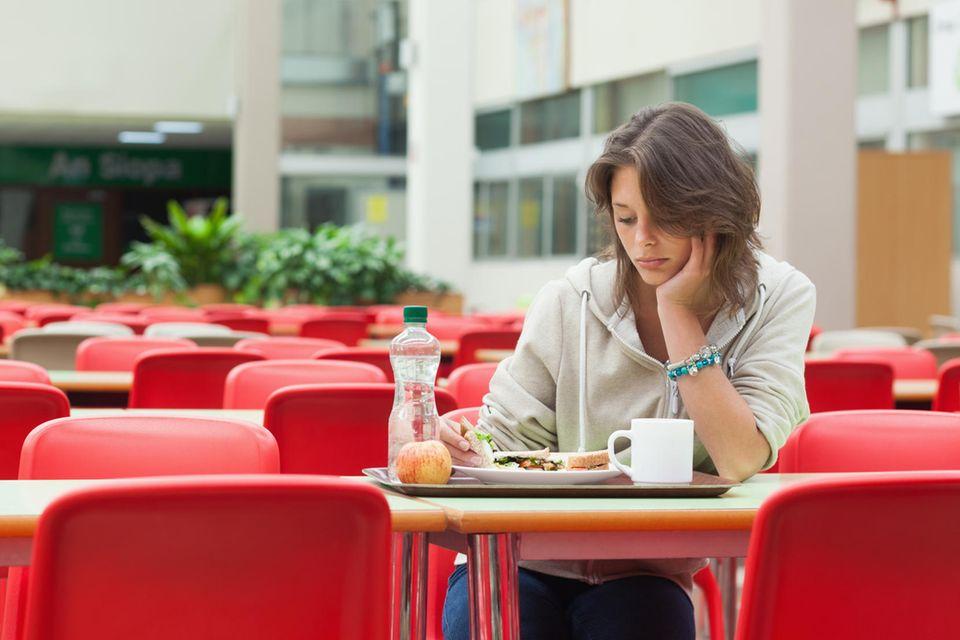 Frau isst alleine
