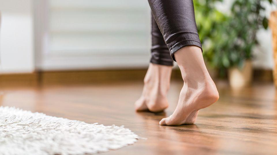 Gehmeditation: Frau läuft barfuß