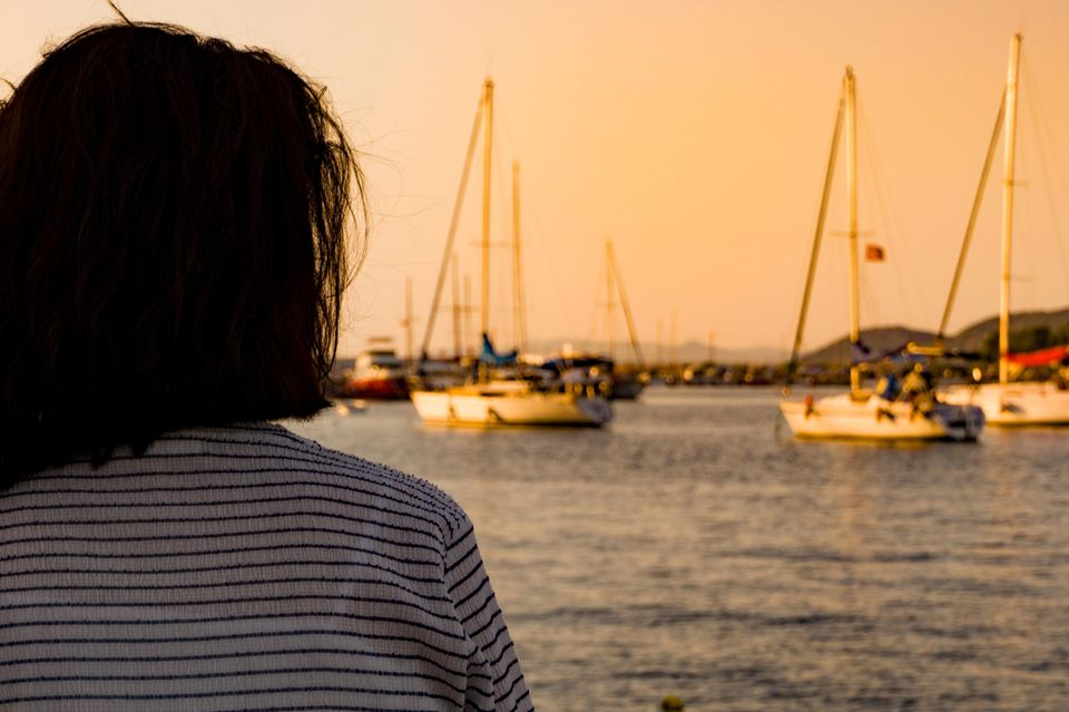 Psychologie: Eine Frau blickt aufs Meer