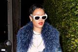 Doch wir können sagen: Rihannas Mut hat sich ausgezahlt. Der Pixie Cut steht der Sängerin wirklich großartig. Mit roten Lippen, einem blauen Fellmantel und einer grünen Tarnhose macht sie den Look komplett – und beweist wieder einmal ihre Verwandlungsfähigkeit.