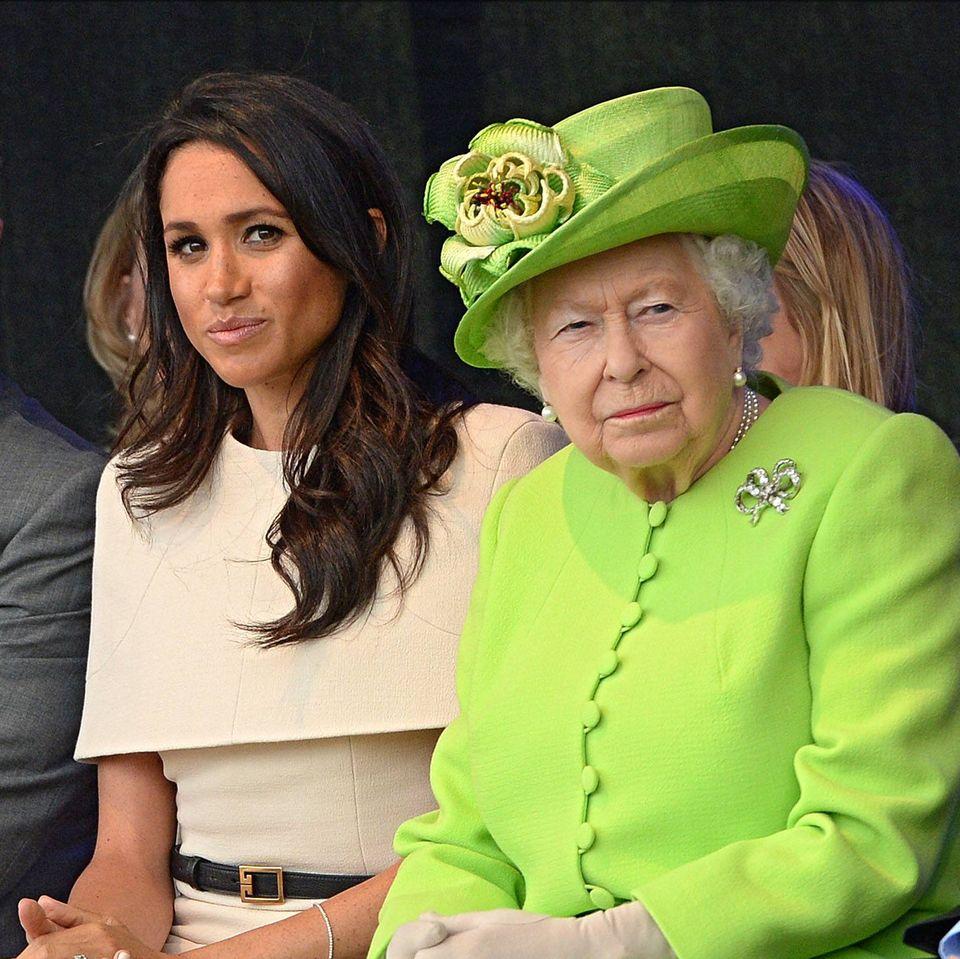 Briten fordern: Herzogin Meghan soll Royal-Titel von Buch entfernen: Queen Elizabeth und Herzogin Meghan sitzen nebeneinander