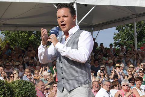 Stefan Mross: Medienbericht: Er hat seine Tante und seine Cousine verloren: Mross moderiert vor großem Publikum