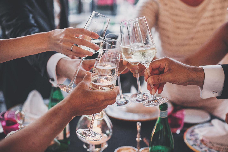 Corona-Party: Menschen stoßen mit Gläsern an