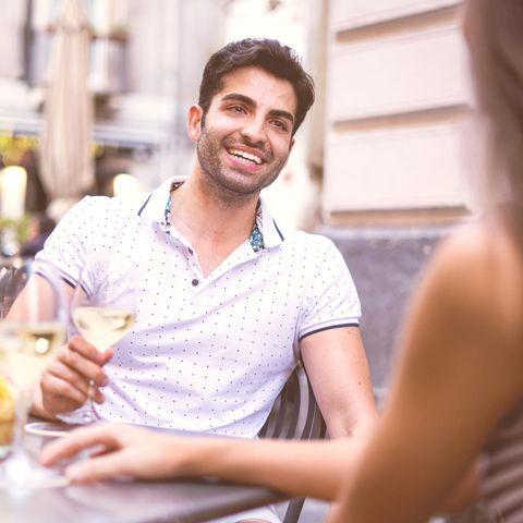 Psychologie: Ein Mann flirtet mit einer Frau