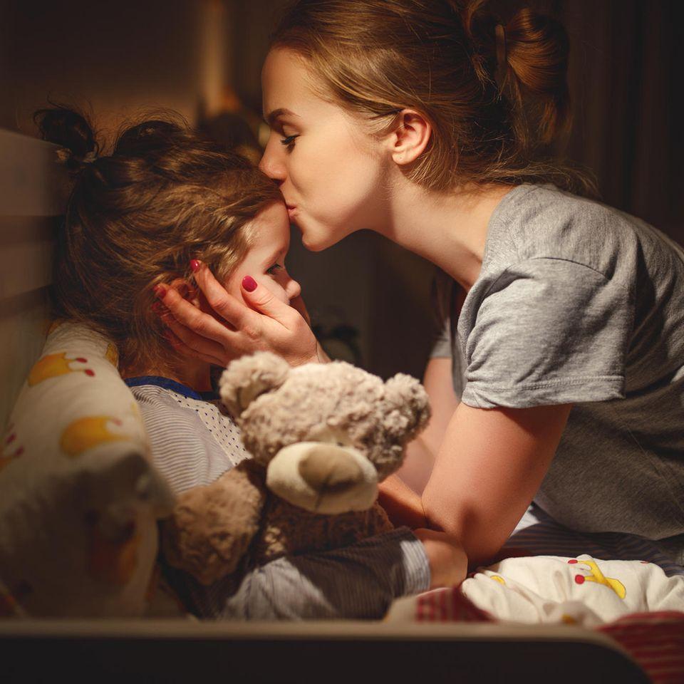 User:innen-Stimmen: Mutter gibt Tochter einen Kuss