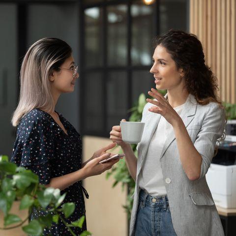 Aktives Zuhören: Zwei Frauen führen ein Gespräch