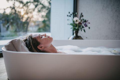 Badesofa, Badekissen, Frau in Badewanne, Entspannung