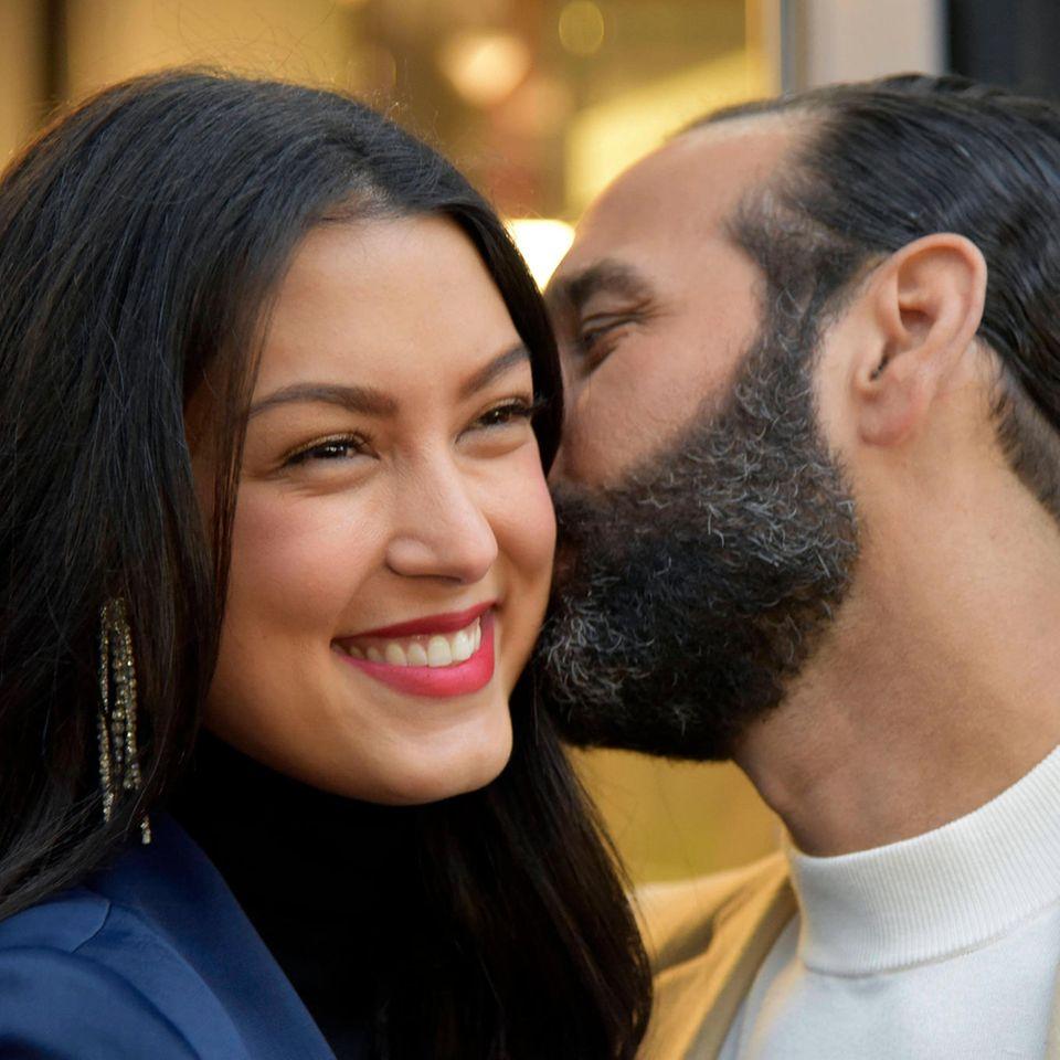 Rebecca Mir: Zum Muttertag zeigt sie erstmals ihren Sohn: Massimo Sinato gibt Mir einen Kuss auf die Wanger