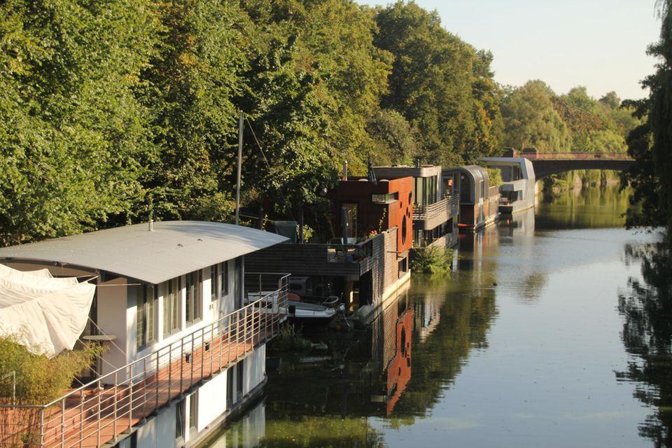 Hausboote auf einem Kanal in der Nähe von Hamburg