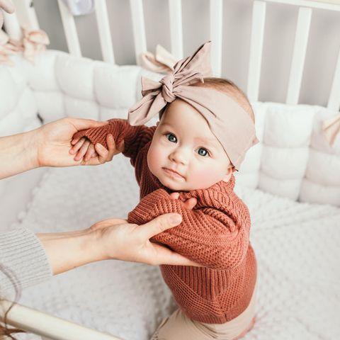 Unisex Babynamen: Baby im Bett