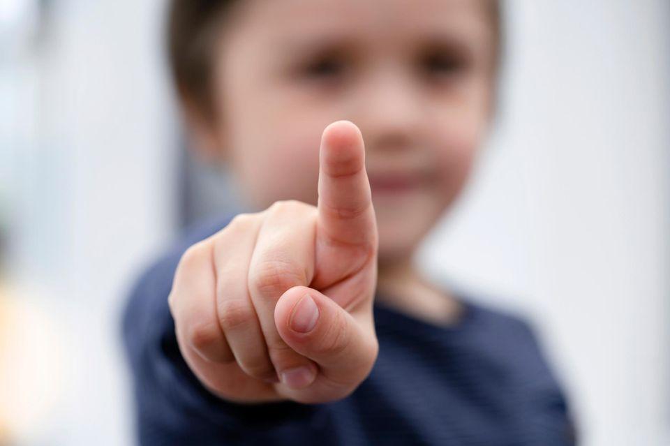 Heute hat ein Kind mich angetickt und gesagt: Kind, das mit Finger zeigt