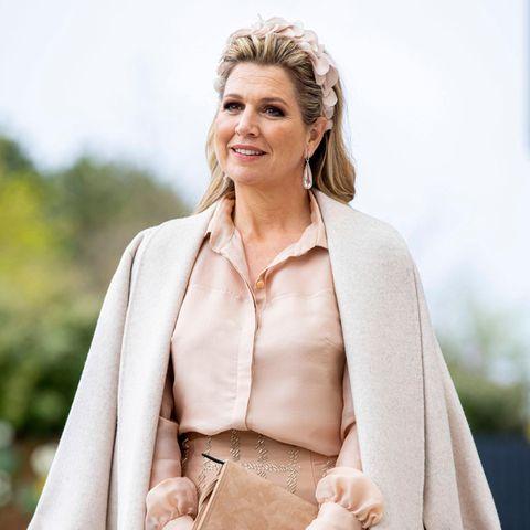 """Königin Máxima verlässt das Haus selten ohne das perfekte Outfit. Oft greift sie dafür zu teuren Labels und Couture-Designern. Doch nun zeigt sich die niederländische Königin zum zweiten Mal innerhalb weniger Wochen in der High-Street-Marke """"Massimo Dutti"""". Während sie bei ihrer Bluse weiterhin zu einem ihrer liebsten Couture-Labels Maison Natan greift, trifft sie bei ihrem Mantel erneut eine eindeutig erschwinglichere Wahl."""