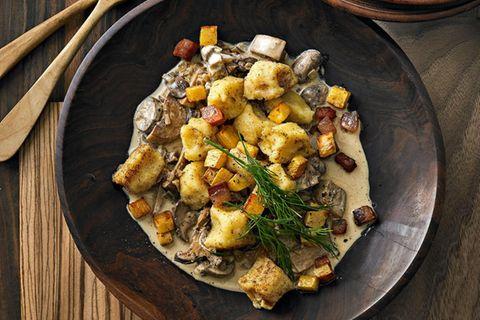 Steckrüben-Gnocchi mit Pilzragout und Speck