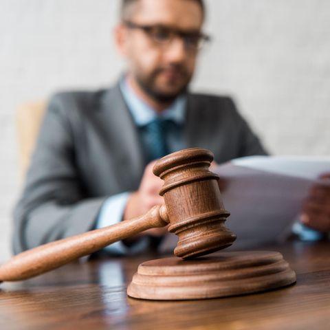 Corona-Urteil: Mann sitzt hinter Richterhammer
