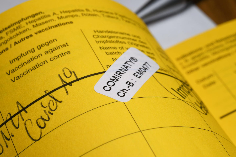 Corona aktuell: aufgeschlagener Impfpass
