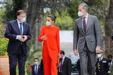 """Bei der Verleihung des Literaturpreises """"Miguel de Cervantes"""" in Valencia zieht Königin Letizia alle Blicke auf sich: In einer orangefarbenen Kombination aus asymmetrischer Tunika und farblich passender Hose gibt sie den richtigen Ton an."""