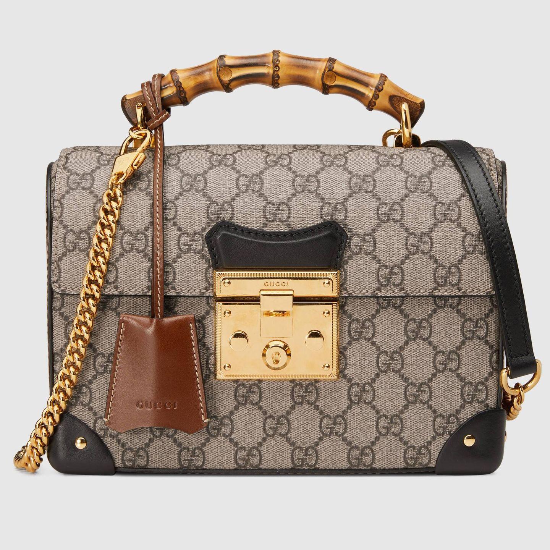 Hier ist auch schon das Designer-Teil mit dem Bambusgriff, um das sich im Moment alle Promis reißen. Diese Variante kommt mit dem typischen Gucci-Logo-Muster daher. Kostet ca. 2.000 Euro.