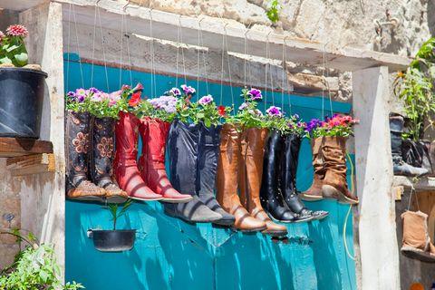 Upcycling-Ideen für den Garten: Stiefel als Pflanzenkübel