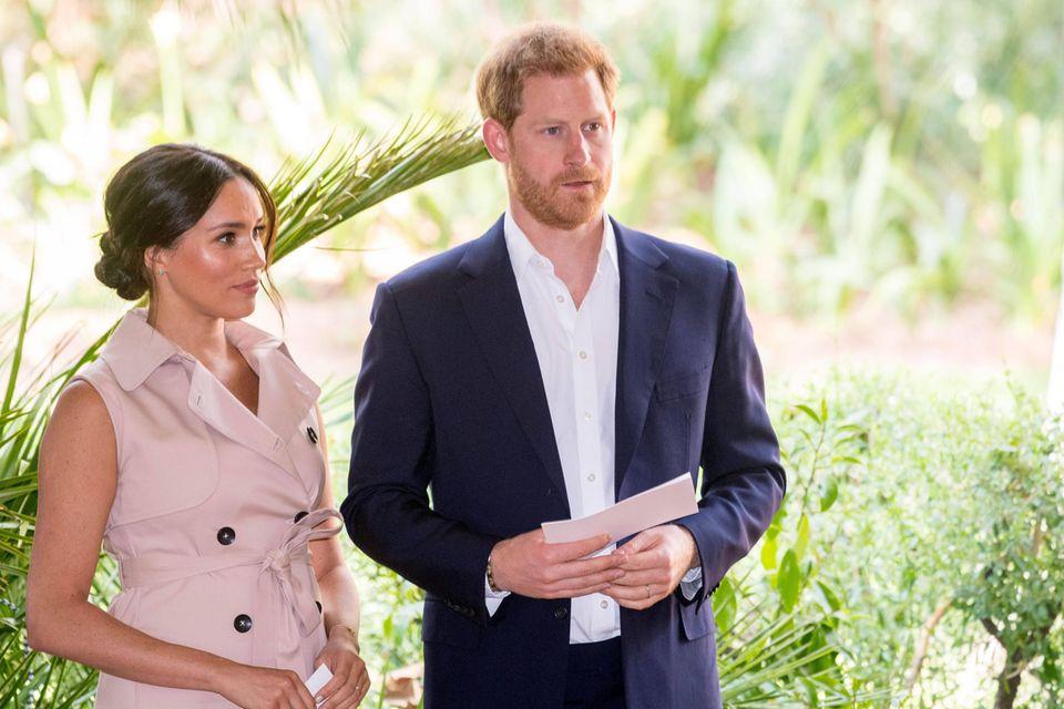 Prinz Harry: Herzogin Meghan ermutigte ihn zu einer Therapie: Harry und Meghan stehen nebeneinander